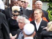 Bryan Adams junto a Kelly Osbourne en el funeral de Amy Winehouse
