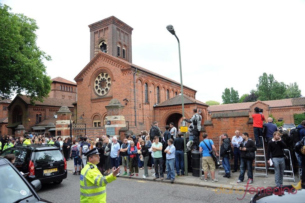Cientos de personas agolpadas a las puertas del crematorio de Golders Green