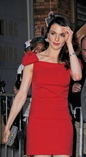 Rachel Weisz deslumbra de rojo en el estreno de 'The Whistleblower' en Nueva York