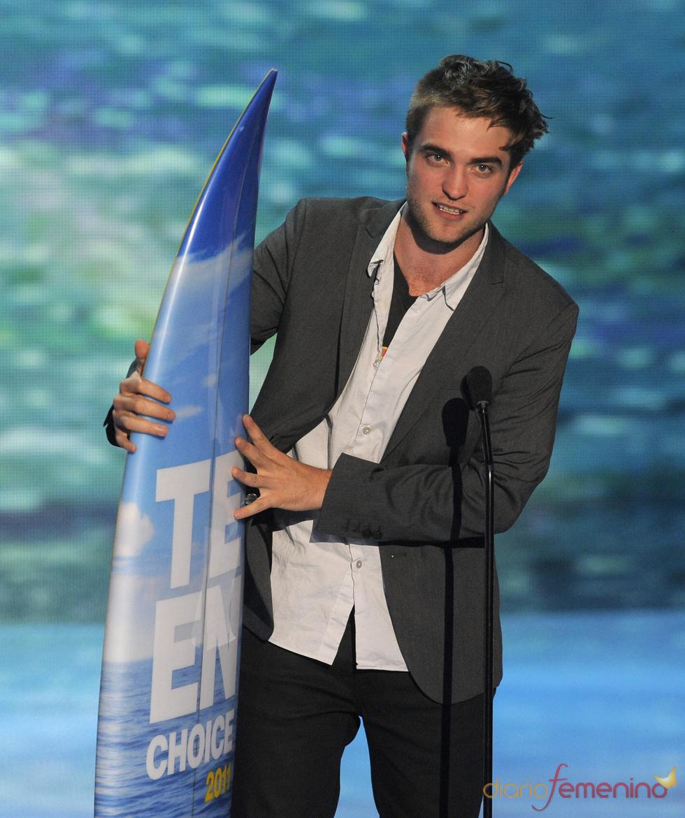 Robert Pattinson recoge su premio en los Teen Choice Awards 2011