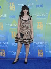 Zooey Deschanel en la alfombra azul de los Teen Choice Awards 2011