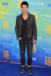 Taylor Lautner en la alfombra azul de los Teen Choice Awards 2011