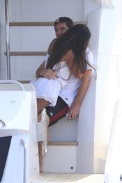 Antonella Roccuzzo mima a Leo Messi en Ibiza