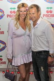 Alejandra Prat y Juan Manuel Alcaraz en la fiesta Flower Power en Ibiza 2011