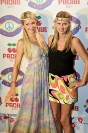 Paris y Nicky Hilton en la fiesta Flower Power en Ibiza 2011