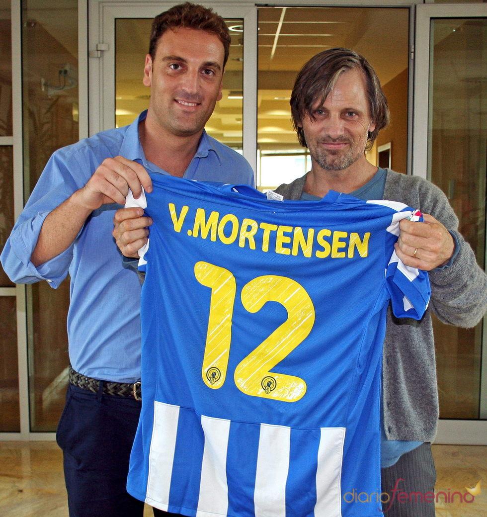 Viggo Mortensen recibe una camiseta del Hércules en Alicante