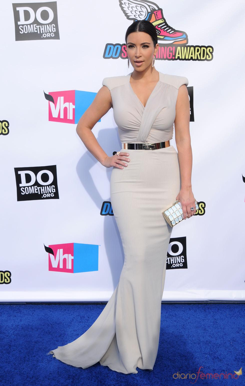 Kim Kardashian en la alfombra roja de los 'Do Something Awards' 2011