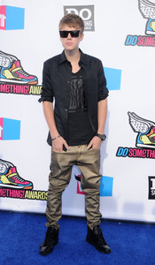 Justin Bieber en la alfombra roja de los 'Do Something Awards' 2011