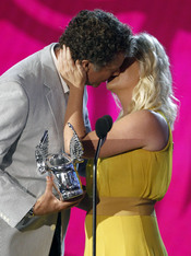 Will Ferrell besa a Amy Poehler en los 'Do Something Awards' 2011