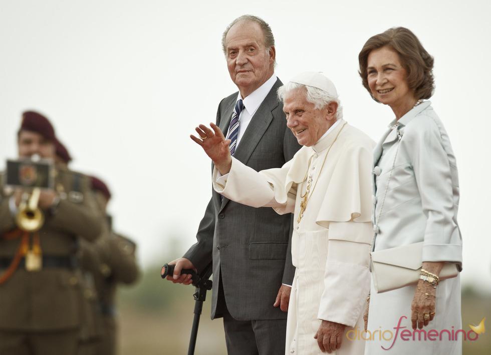 La reina Sofía junto al rey Juan Carlos y Benedicto XVI a su llegada a las JMJ