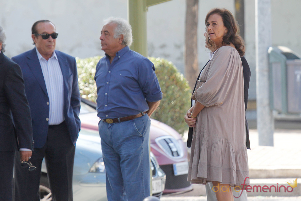 Curro Romero y Carmen Tello en el funeral de Maleni Loreto en Sevilla