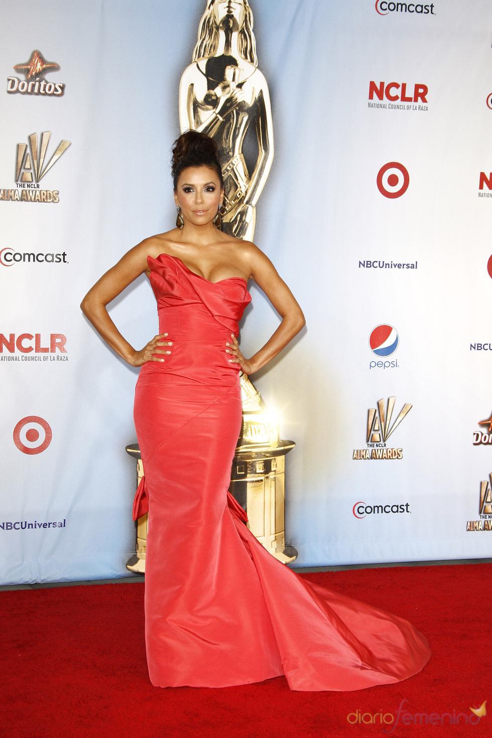 Eva Longoria desfila por la alfombra roja de los latinos 'premios Alma' 2011