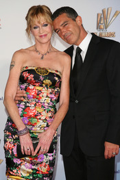 Melanie Griffith y Antonio Banderas desfilan por la alfombra roja de los latinos 'premios Alma' 2011