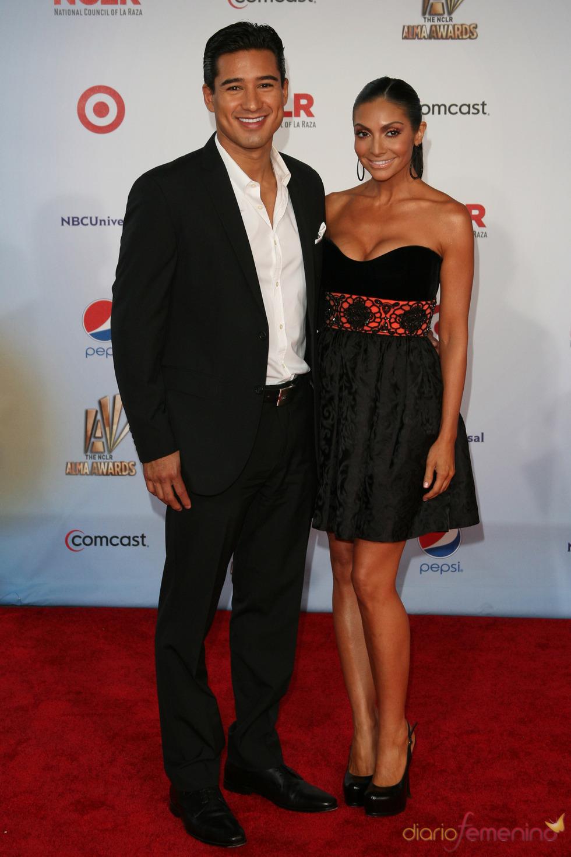 Mario Lopez y Courtney Laine Mazza desfilan por la alfombra roja de los latinos 'premios Alma' 2011