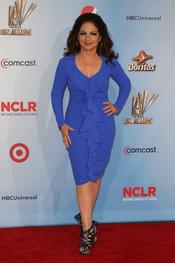 Gloria Estefan desfila por la alfombra roja de los latinos 'premios Alma' 2011