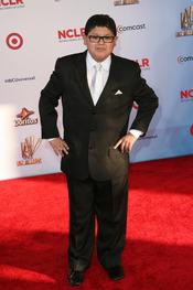Rico Rodríguez desfila por la alfombra roja de los latinos 'premios Alma' 2011