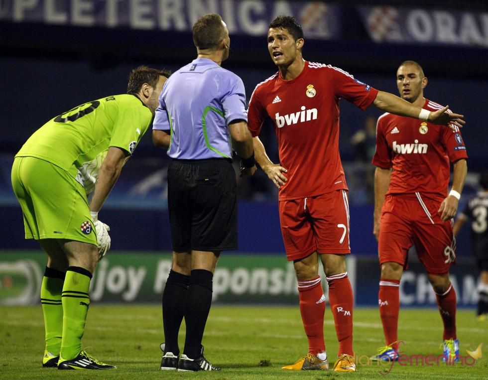 Cristiano Ronaldo con la nueva equipación roja del Real Madrid