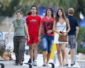 Malena Costa y Carles Puyol pasean durante sus vacaciones