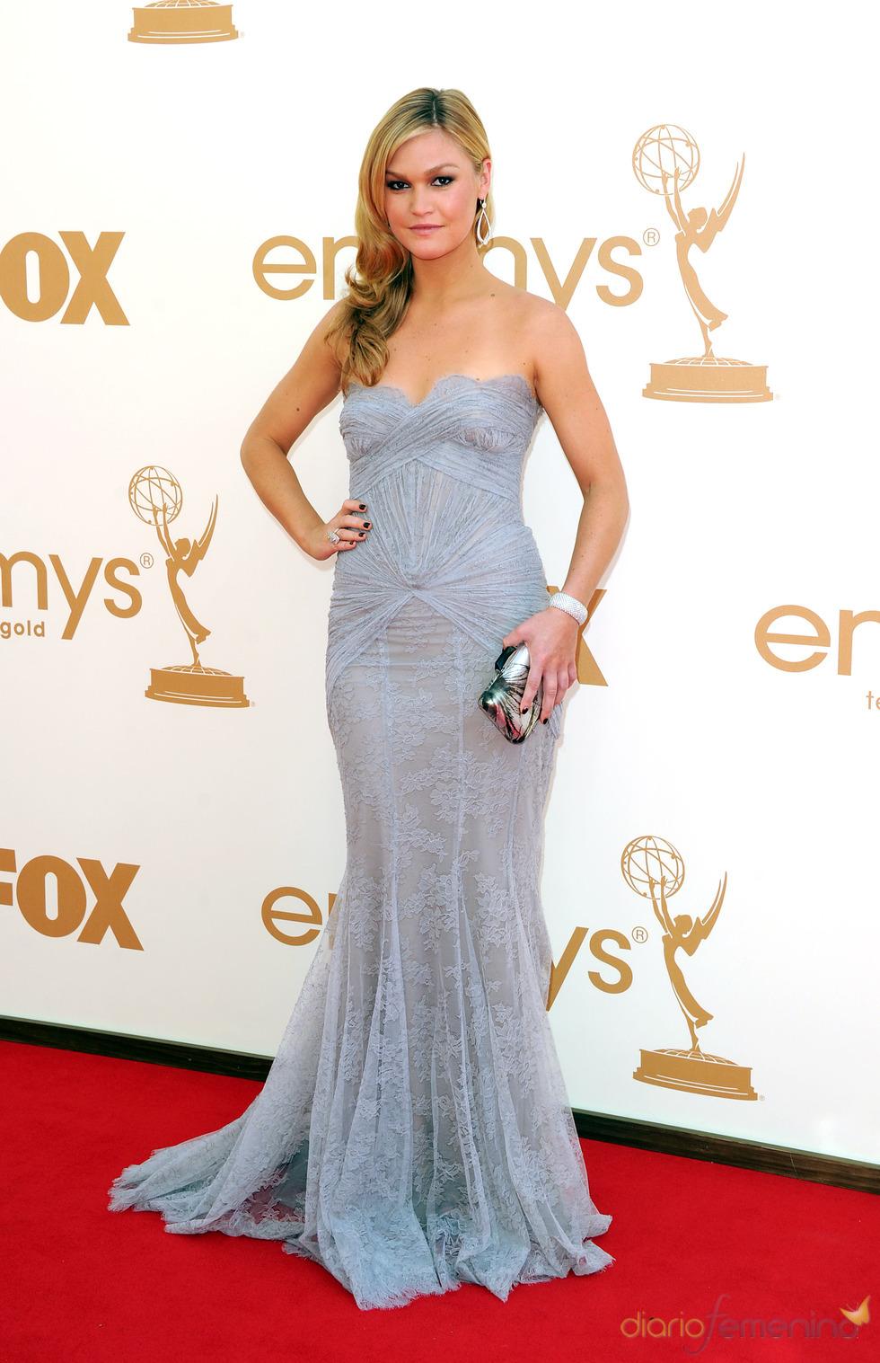 Julia Stiles en la alfombra roja de los Emmy 2011