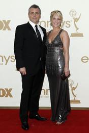 Matt LeBlanc y Melissa McKnight en la alfombra roja de los Emmy 2011