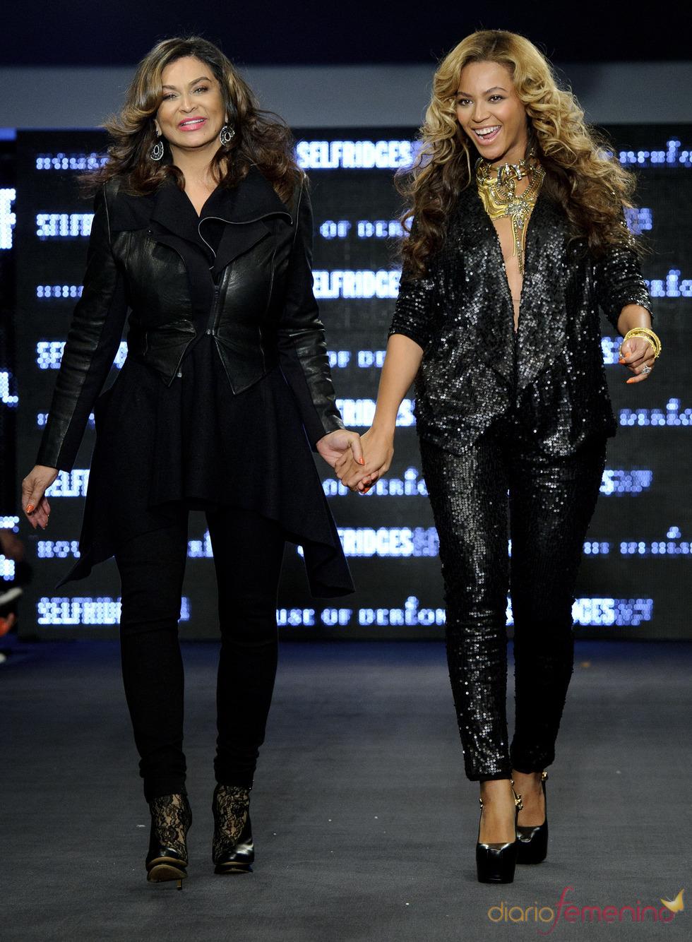 Beyoncé y su madre, Tina Knowles, en la Semana de la moda de Londres