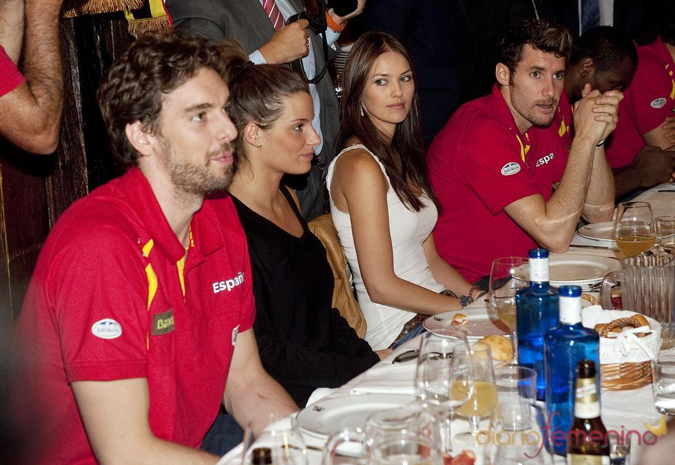 Pau Gasol y Rudy fernández junto a Silvia López y Helen Lindes