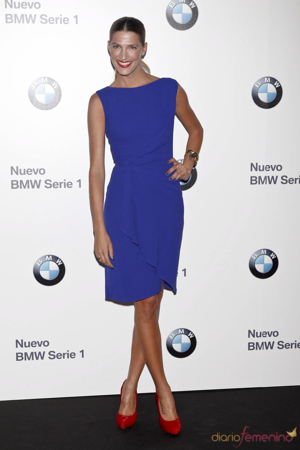 Combinacion de vestido azul con zapatos rojos