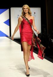 Stacy Keibler desfilando con la colección 'Dressed To Kilt'