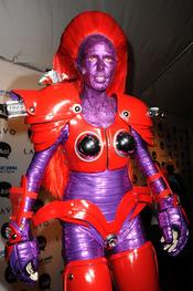 Heidi Klum se disfraza de robot combinando rojo y morado