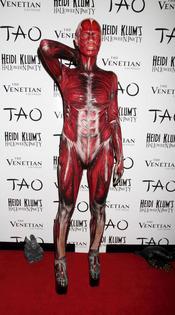 Heidi Klum con un disfraz que deja al descubierto el cuerpo humano