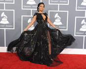Ashanti con un vaporoso vestido en los Grammy 2013
