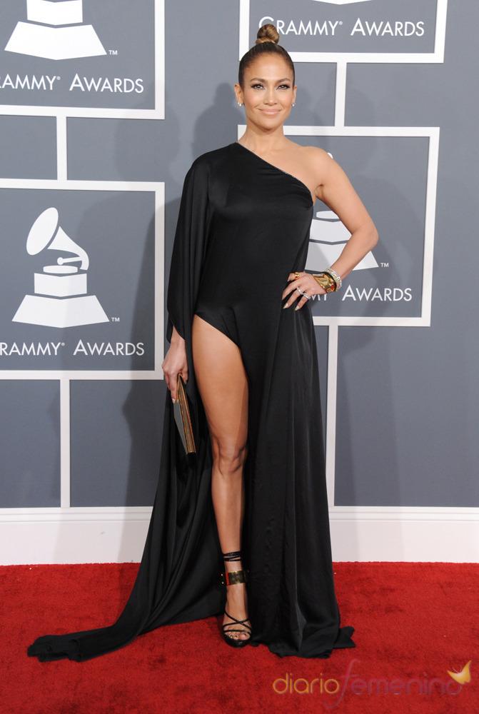 Jennifer Lopez luciendo pierna en los Grammy 2013