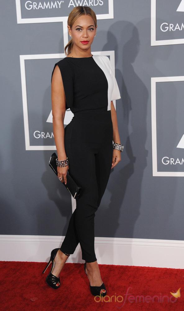 Beyoncé con un mono negro en los Grammy 2013