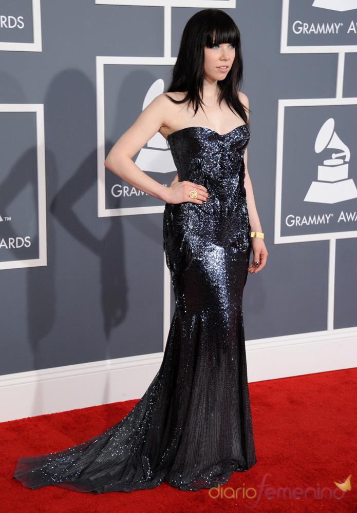 Carly Rae Jepsen en la alfombra roja de los Grammy 2013