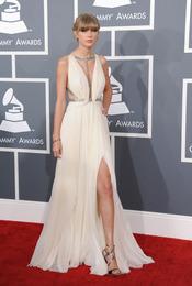 Taylor Swift con un vestido de corte griego en los Grammy 2013