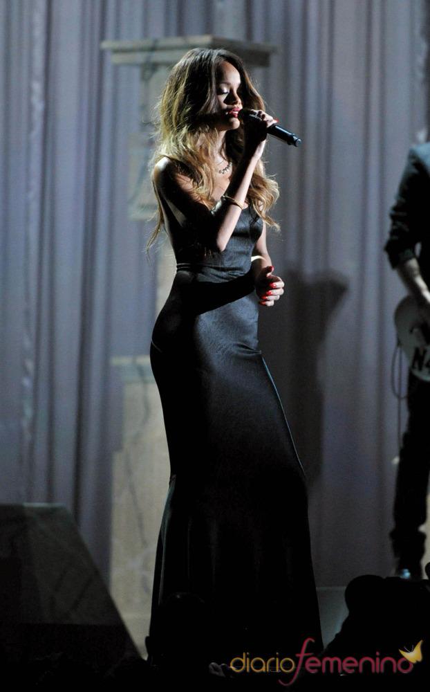 Rihanna con un vestido negro actuando en los Grammy 2013