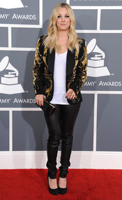 Kaley Cuoco en la ceremonia de los Grammy 2013
