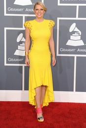 Carrie Keagan en la alfombra roja de los Grammy 2013