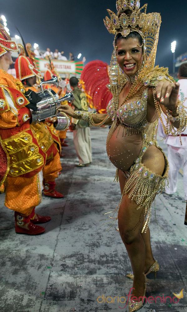 Estar embarazada no es un impedimento para disfrutar del Carnaval de Río de Janeiro 2013, Brasil