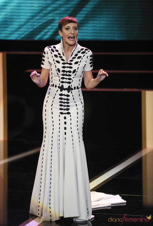 Eva Hache durante la gala de los Goya 2013 con un vestido de Nicholas y Atienza