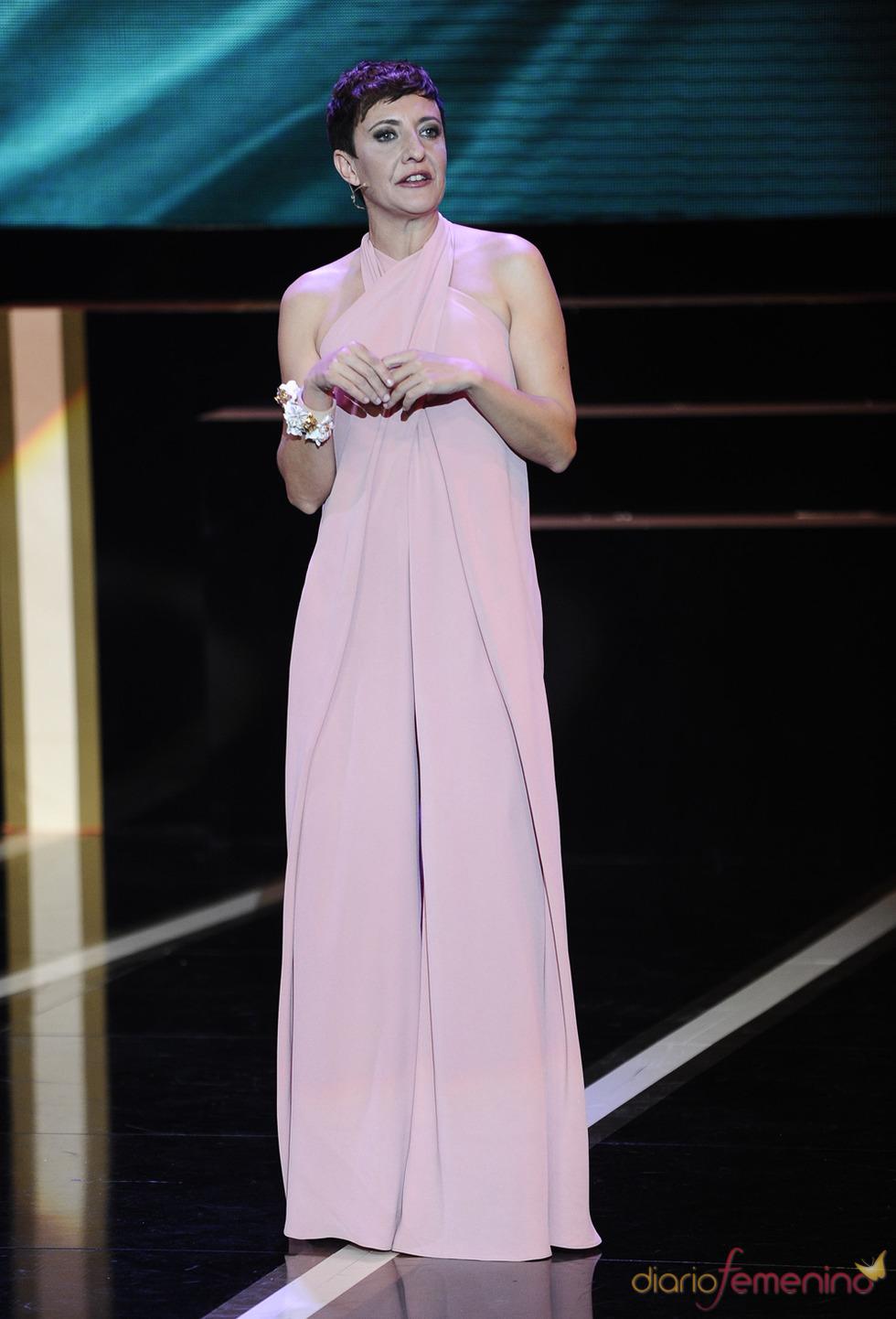 Eva Hache durante la gala de los Goya 2013 con un vestido de Juan Duyos
