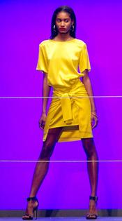Rihanna apuesta por el amarillo en la semana de la moda de Londres