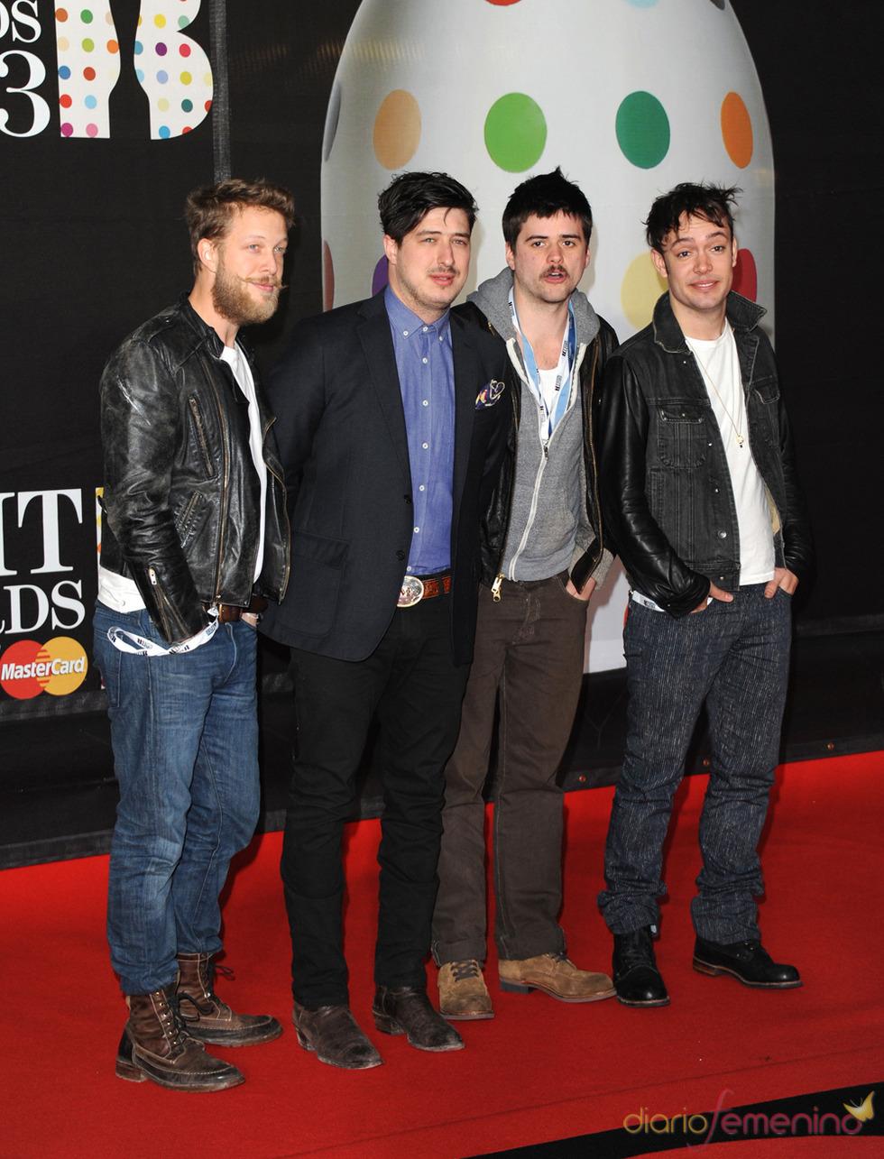 Mumford and Sons en la alfombra roja de los Brit 2013