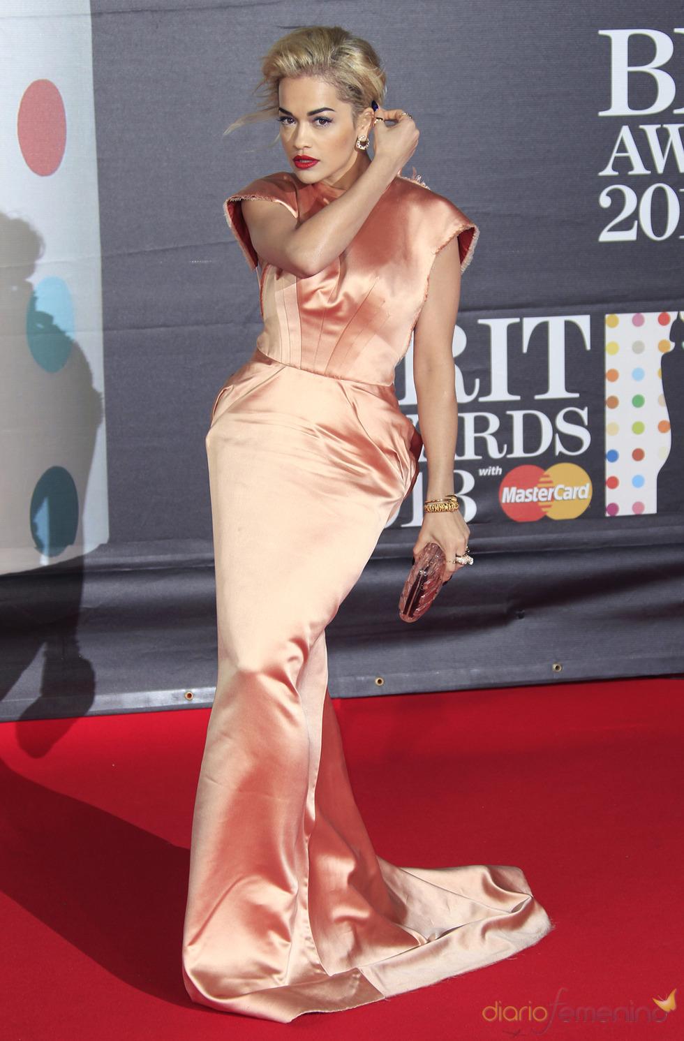 Rita Ora en la alfombra roja de los Brit 2013