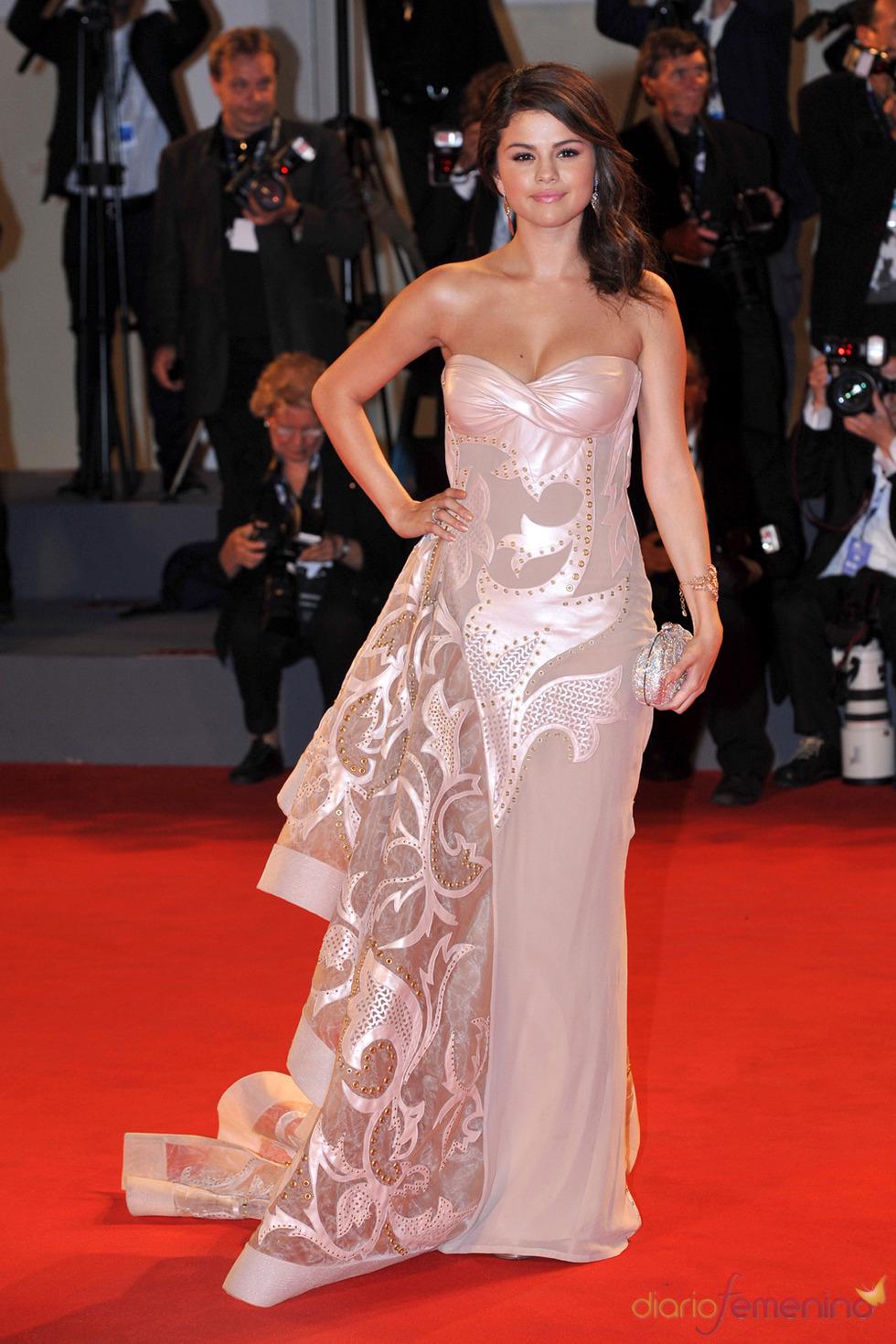 Selena Gomez, protagonista de Spring Breakers posa en la alfombra roja del festival de Venecia