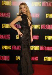 Ashley Benson, protagonista de Spring Breakers posa durante la presentación en París