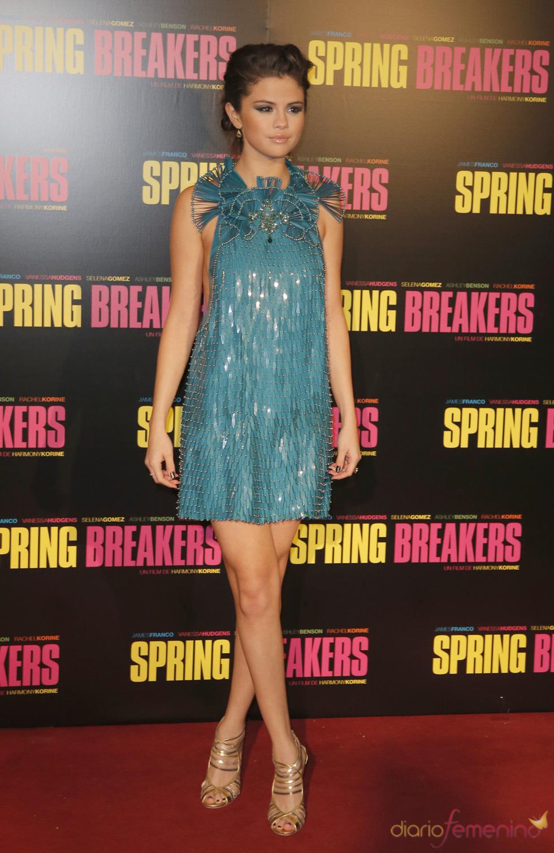 Selena Gomez, protagonista de Spring Breakers posa durante la presentación en París