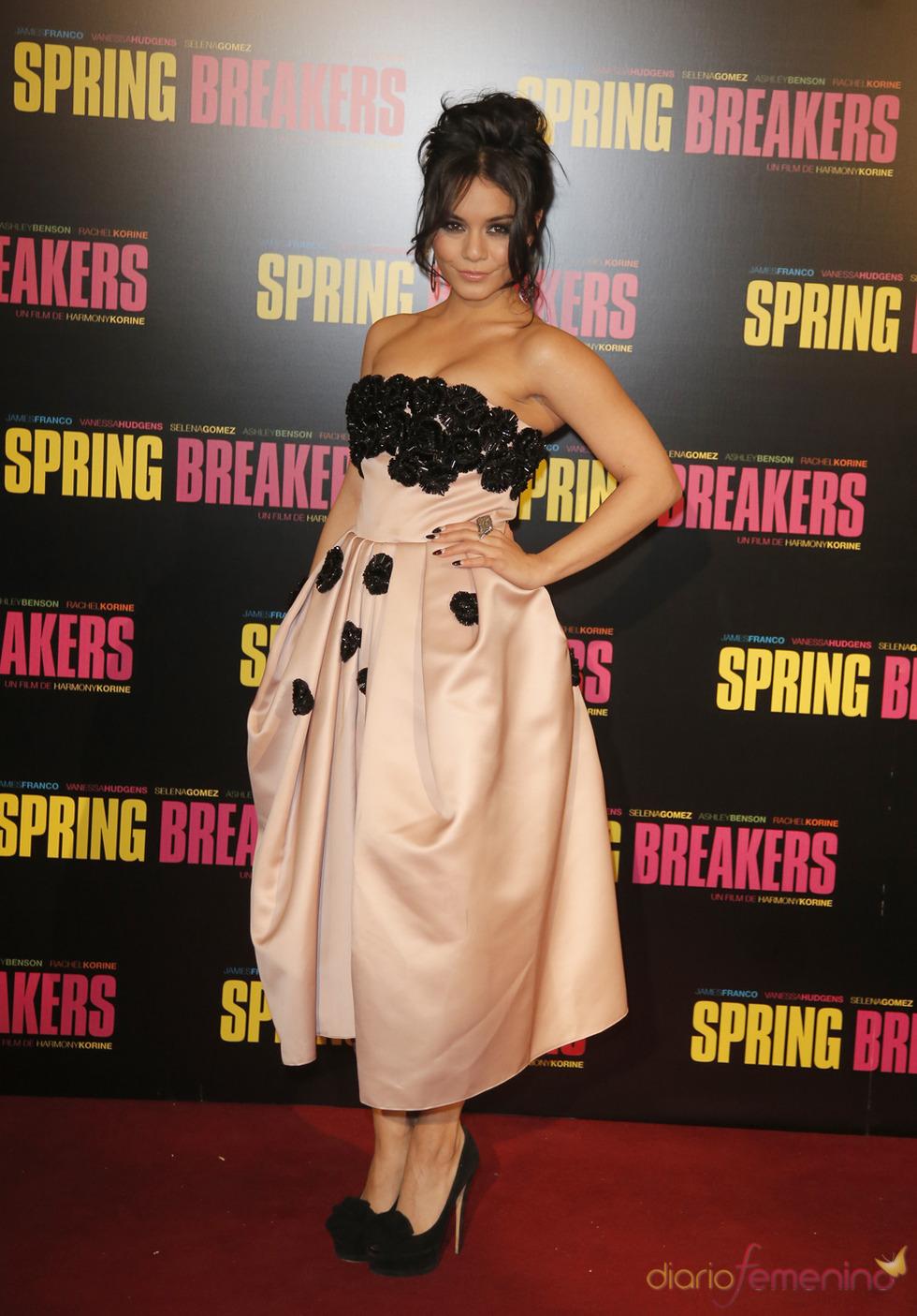 Vanessa Hudgens, protagonista de Spring Breakers posa durante la presentación en París