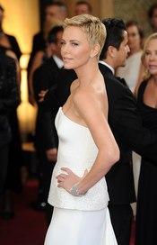 Charlize Theron en la alfombra roja de los Oscars 2013