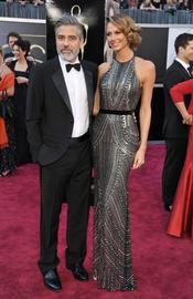 George Clooney y Stacy Keibler en la alfombra roja de los Oscars 2013